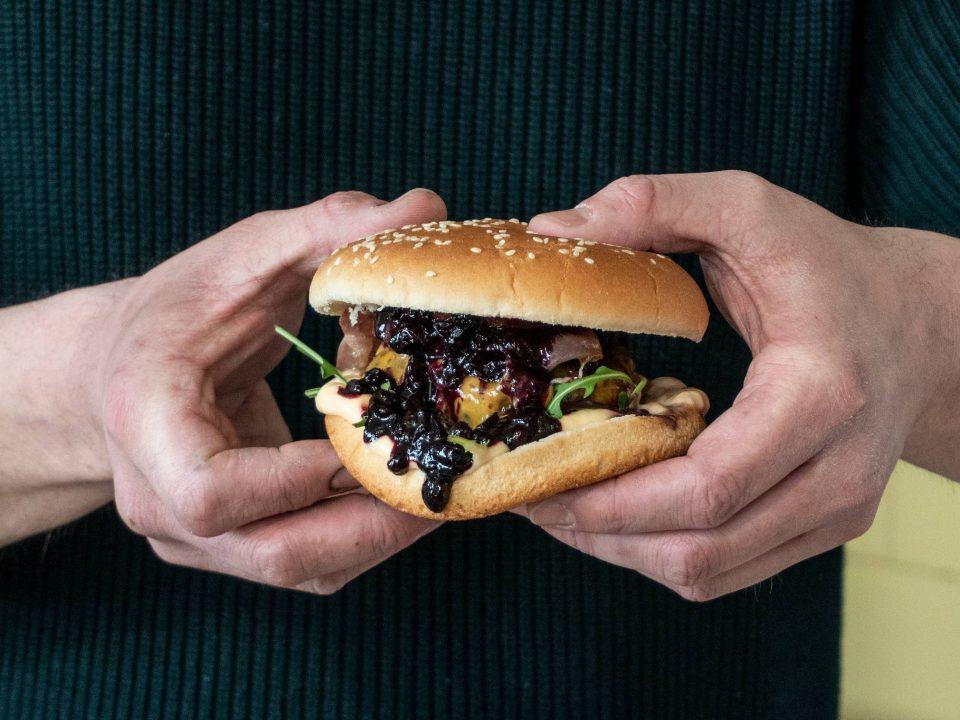 Hamburger s domácim čučoriedkovým kečupom s ovocnými vločkami recept